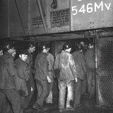 Hongaarse arbeiders betreden de schachtkooi voor vervoer naar het ondergrondse bedrijf van de Staatsmijn Emma
