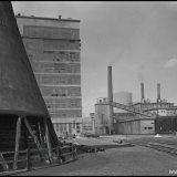 Kalksalpeterfabriek (links) en de Warmte Kracht Centrale (rechts)