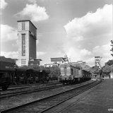 Een 1600 PK diesel locomotief van het Spoorweg- en Expeditiebedrijf passeert de Staatsmijn Emma