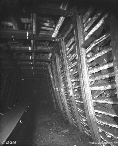Mijngang met transportband ondergronds DE MIJNEN