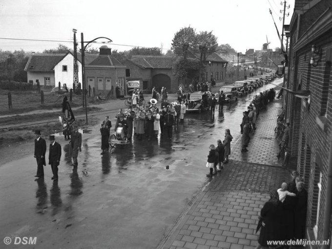 Dsm Keukens Geschiedenis : Begrafenis van Directeur Ross van Lennep De lijkstoet