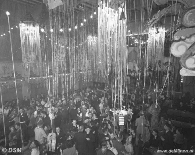 Carnavalsversiering in de zaal van het beambtencasino van de staatsmijn emma de mijnen - Versiering van de zaal van het tienermeisje van ...