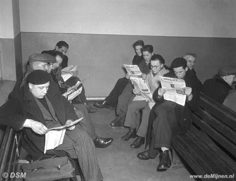 Mijnwerkers lezen het tijdschrift 39 nieuws 39 bij de uitgang van de staatsmijn wilhelmina de mijnen - Deur tijdschrift nieuws ...