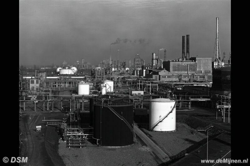 Dsm Keukens Fabriek : Overzichtsfoto van het Polychemiebedrijf genomen vanaf de