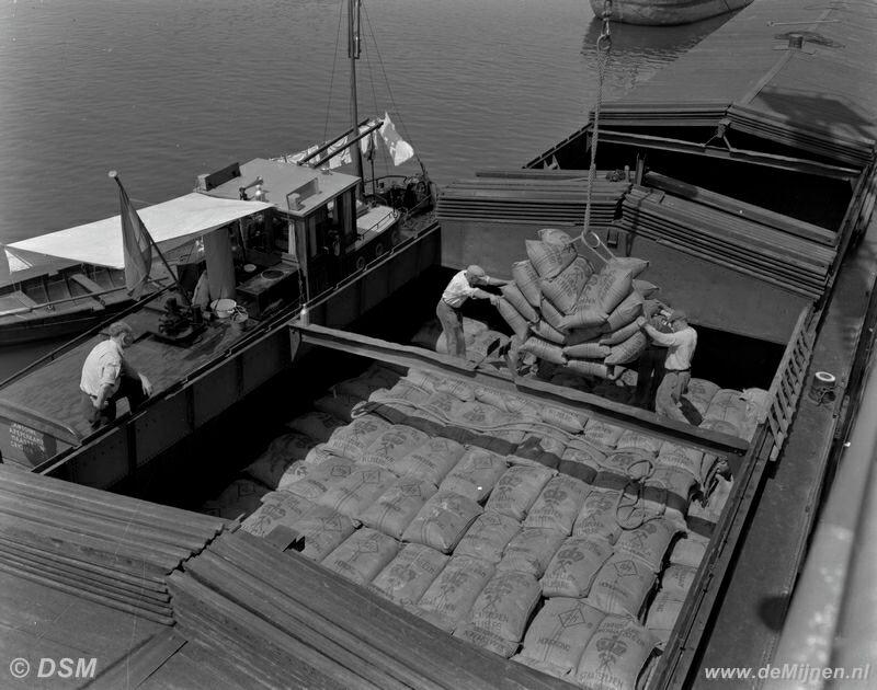 Dsm Keukens Geschiedenis : Het laden van zakken kunstmest in een schip in de Haven